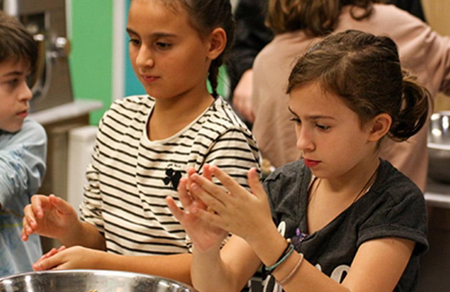 Εκκίνηση με γλυκά «Μαγειρέματα» από το ΙΕΚ ΑΚΜΗ για την υποστήριξη της Πανελλήνιας Ένωσης Αγώνα Κατά του Νεανικού Διαβήτη