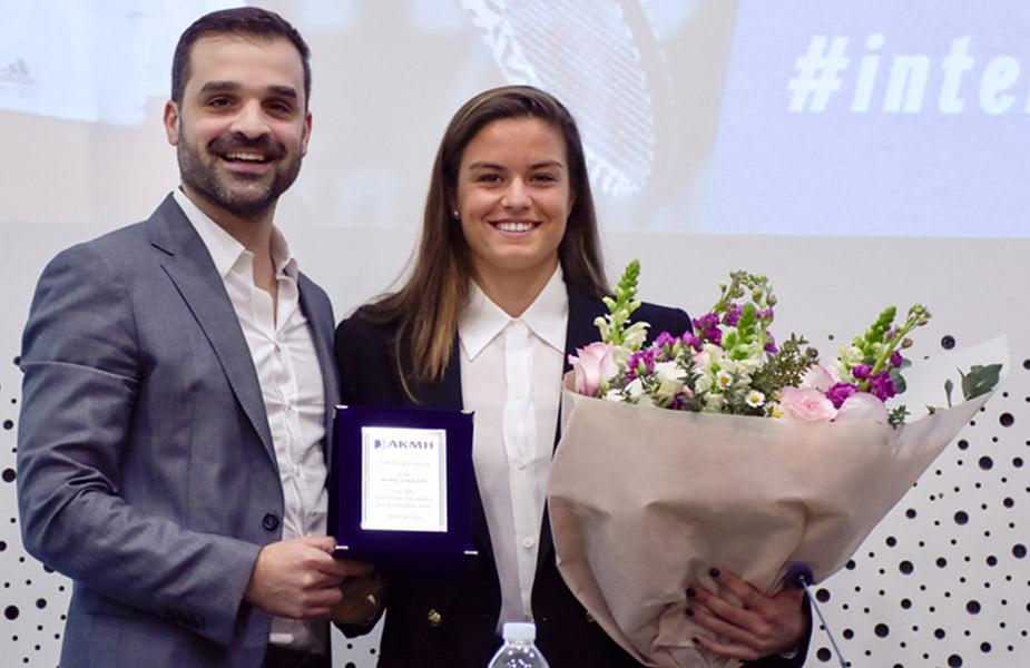 H Ελληνίδα τενίστρια που συγκαταλέγεται στο top20 της παγκόσμιας κατάταξης, Μαρία Σάκκαρη, βρέθηκε στο αμφιθέατρο του ΙΕΚ ΑΚΜΗ στην Αθήνα για μια ζωντανή συζήτηση με σπουδαστές Δημοσιογραφίας και Προπονητικής, με αφορμή την «Παγκόσμια Ημέρα της Γυναίκας»