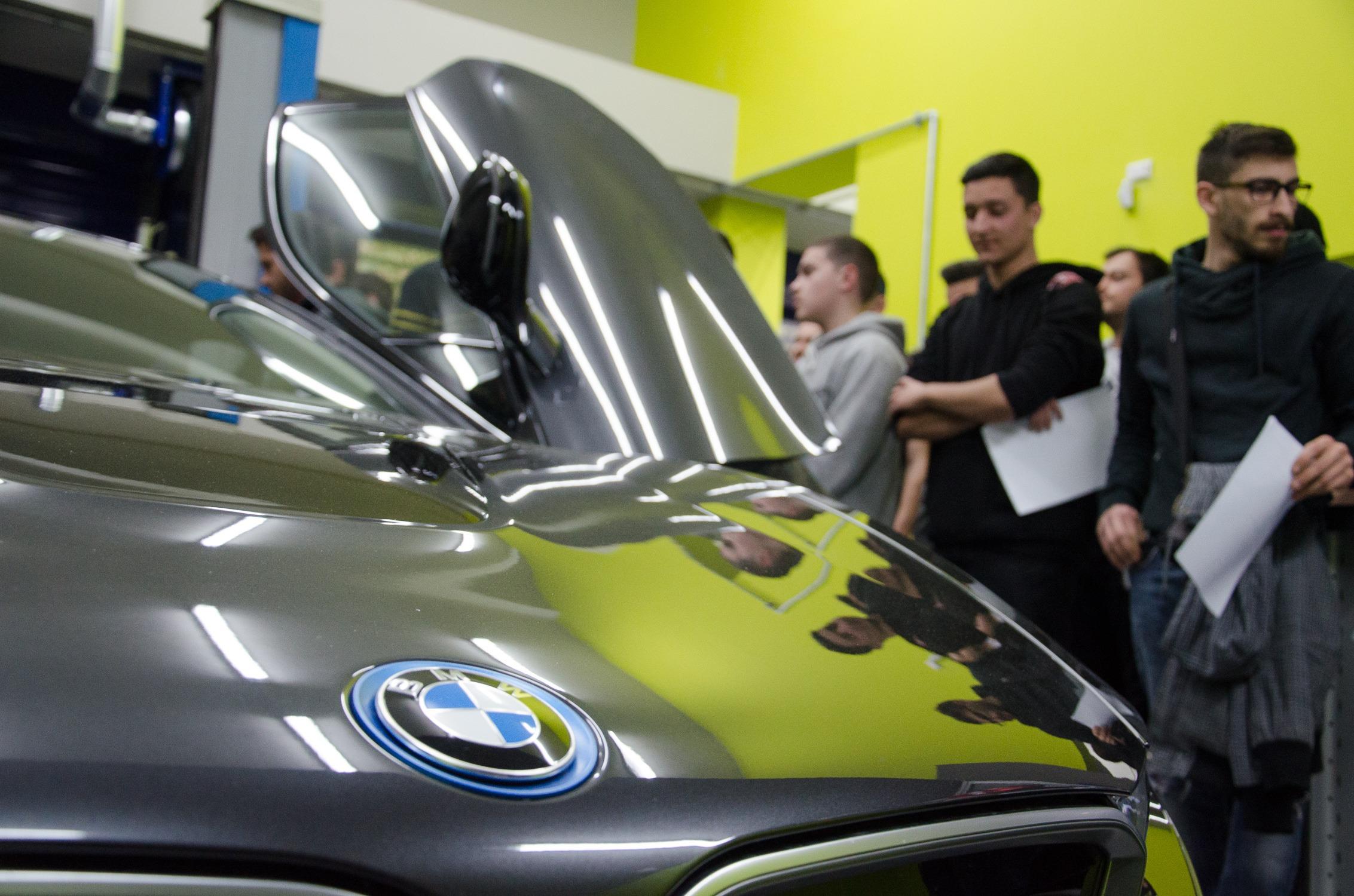 iek akmi parousiasi BMW i8